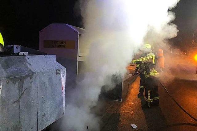 Kleidercontainer brennen am Neujahrstag