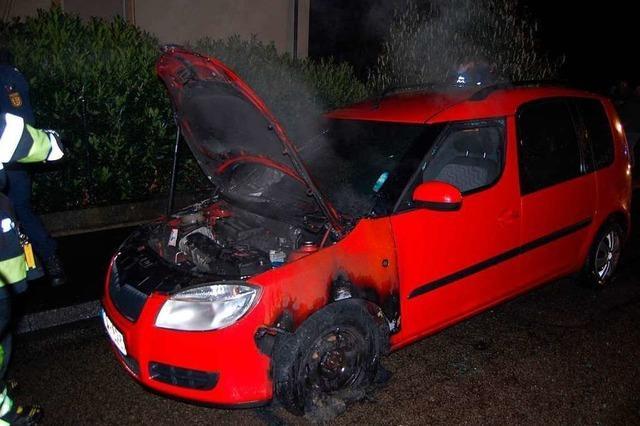 Ein Autobrand, Feuerwerk auf Abwegen und eine brennende Mülltonne