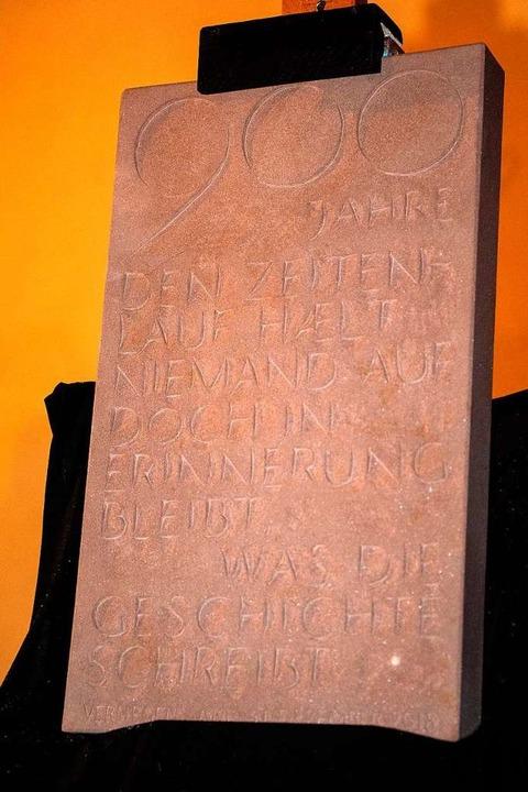 Steinmetz Thomas Simon hat den Deckel  für das Loch der Zeitkapsel gefertigt.  | Foto: Wolfgang Scheu