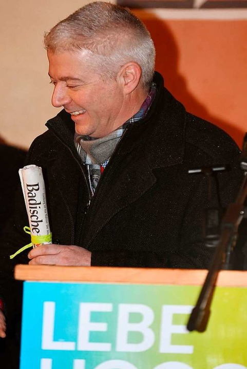 Bürgermeister Manfred Kreutz gibt auch...r Badischen Zeitung in die Zeitkapsel.  | Foto: Wolfgang Scheu