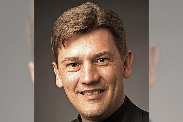Jesuitenpater zelebriert Messe