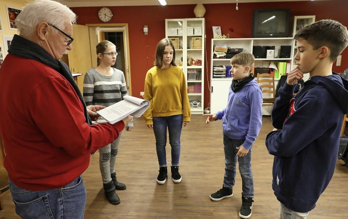 Konzentriert sind die Kinder und Jugen...egisseur Bernhard Wolf bei der Sache.   | Foto: Christoph Breithaupt