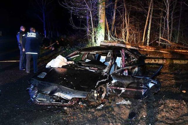 Fahrer wird aus dem Auto geschleudert und lebensgefährlich verletzt
