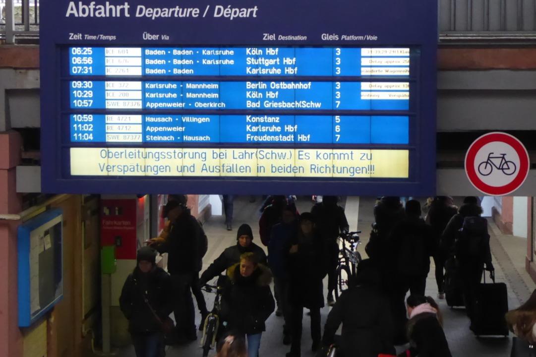 Die Anzeigetafel im Offenburger Bahnho...rleitungsschaden und die Verspätungen.    Foto: Helmut Seller