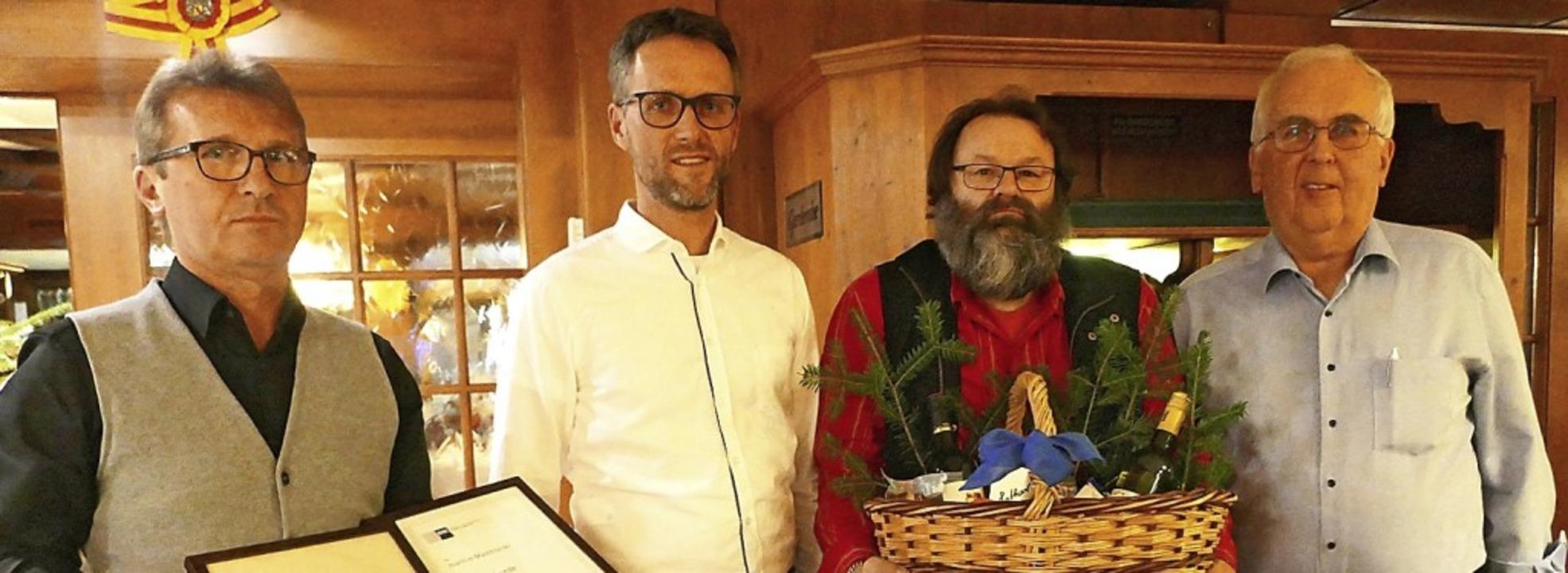 Bei der Ehrung (von links):  Joachim M... Rente verabschiedet) und Fritz Baur.     Foto: Privat