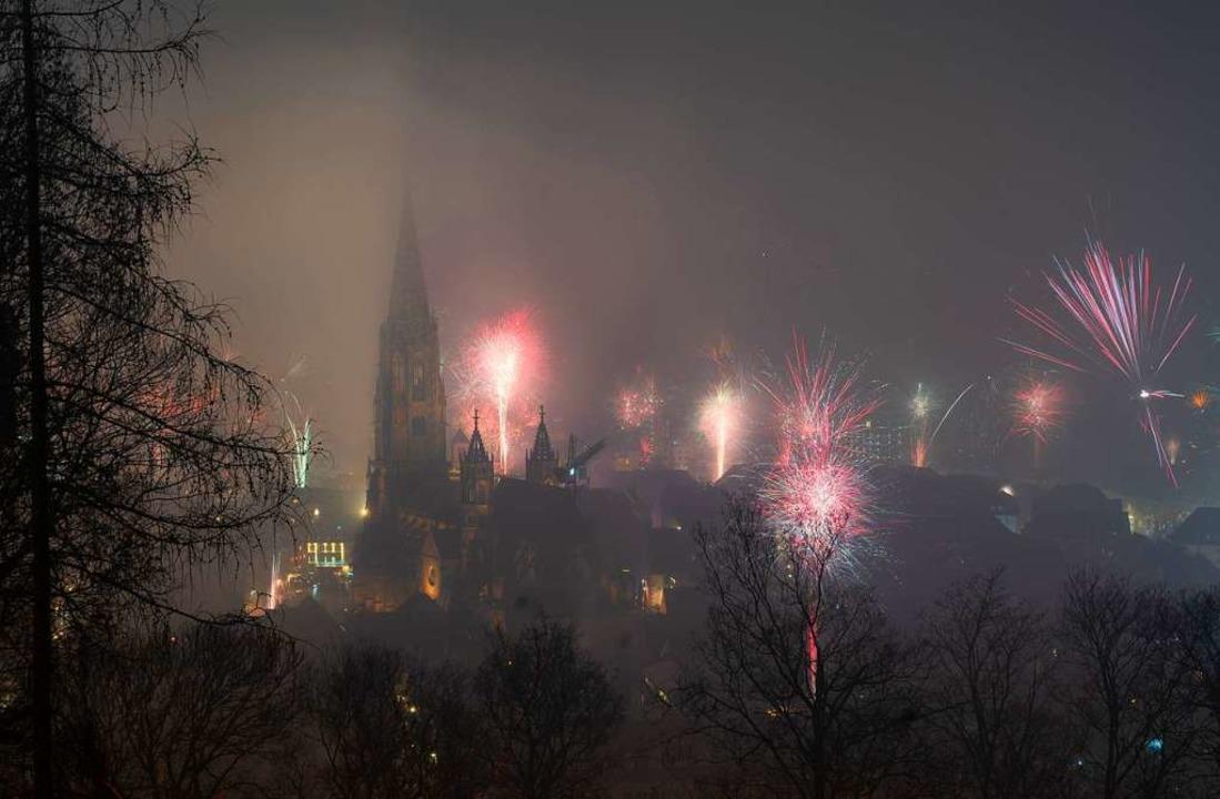 … während des Silvesterfeuerwerks...    Foto: Marius Koenig