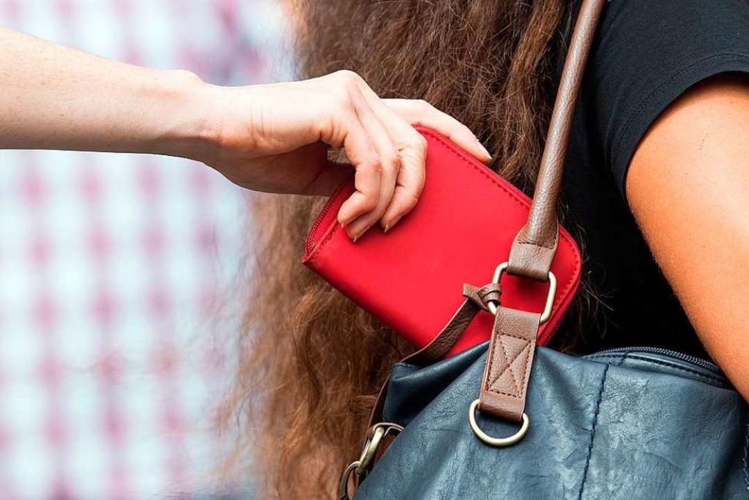 Die Bundespolizei warnt vor Taschendieben. (Symbolbild)  | Foto: Federico Gambarini