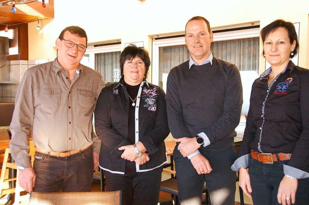 Gerd und Martina Güthlin ziehen sich l... Service und Theke leitet (von links).  | Foto: Herbert Frey