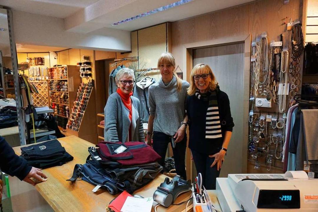 Traudel Mutter mit Julika Rieth und Li...mungsverkaufes wegen Geschäftsaufgabe.  | Foto: Hans-Jürgen Sackmann