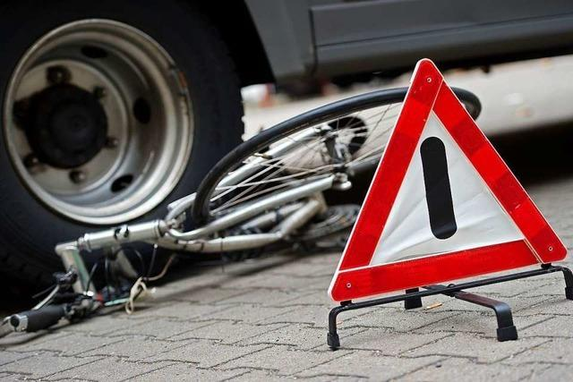 Autofahrerin kracht mit Fahrradfahrer zusammen