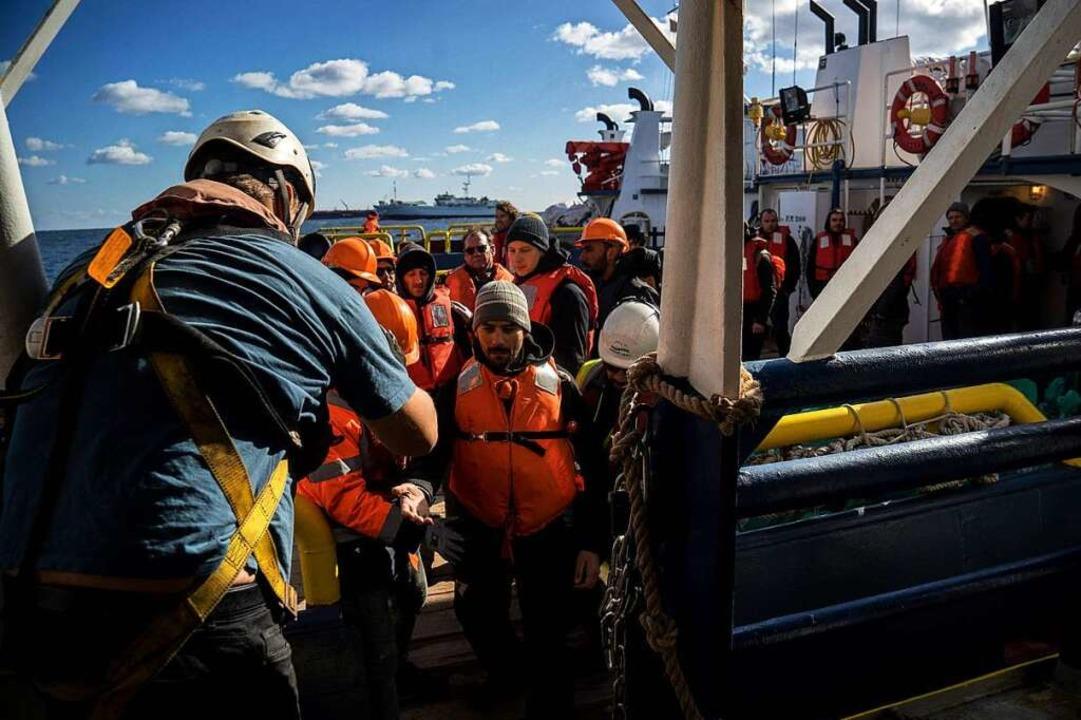 Eine neue Besatzung und deutsche MdB b...htlingen im Mittelmeer im Einsatz ist.  | Foto: AFP
