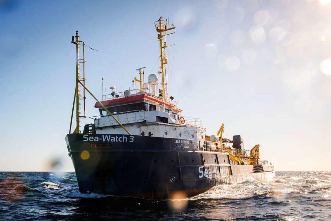 Ein Bild der Sea Watch 3, das die Orga...Mittelmeer 32 Geflüchtete aufgenommen.  | Foto: dpa