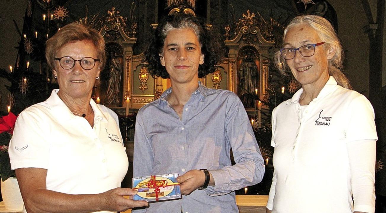 Irmgard Baur (Kirchenchor), Anna Barte...iger (v. l.) bei der Spendenübergabe.   | Foto: U.Spiegelhalter