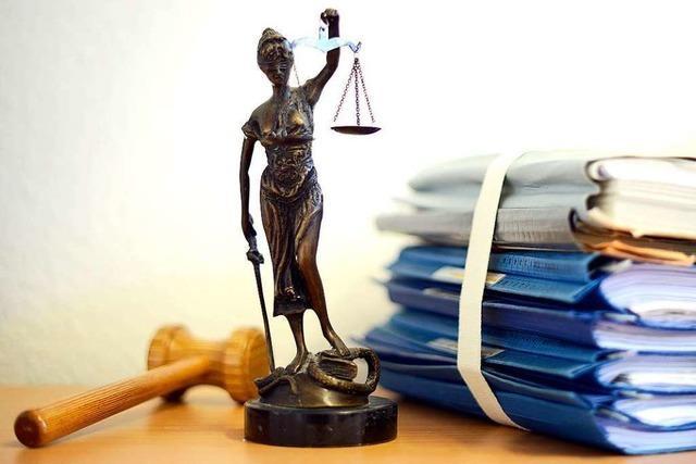 Drei Angeklagte berufen sich vor Gericht auf schwierige Verhältnisse in ihrer Kindheit