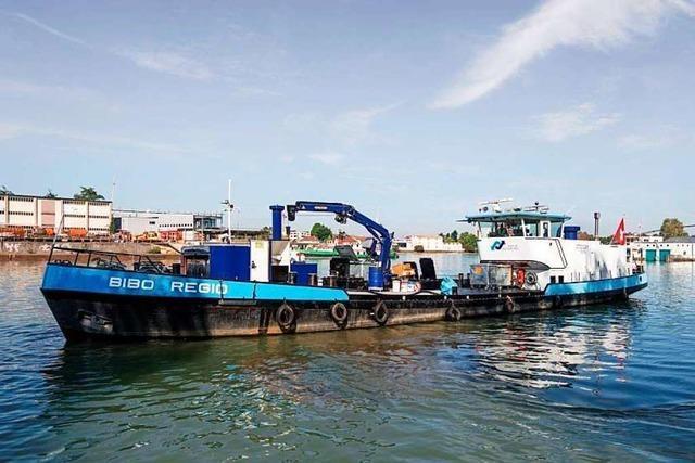 Dieses Schiff pumpt seit 40 Jahren öliges Abwasser auf dem Rhein ab
