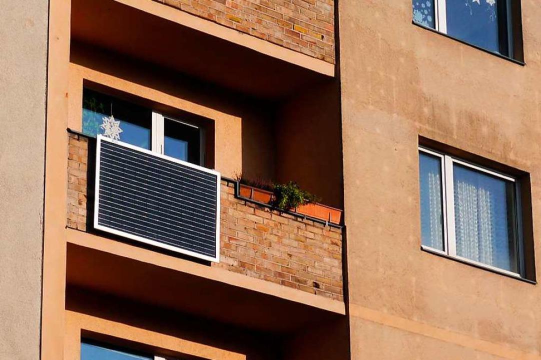 Auch in Freiburg hängen schon solche Solarmodule am Balkon. (Symbolbild)    Foto: indielux