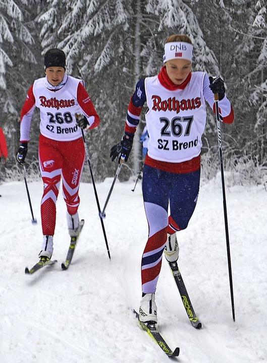 Milena Maier (rechts) von der WSG Feld...6 vor Emily Weiss vom SV Kirchzarten.   | Foto: Helmut Junkel