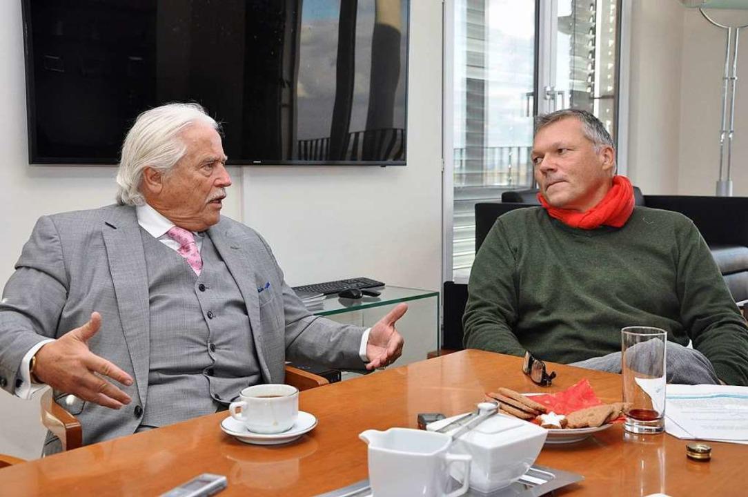 Hans Peter Unmüßig (links) führt mit W...atte über die Wohnungsnot in Freiburg.    Foto:  jki