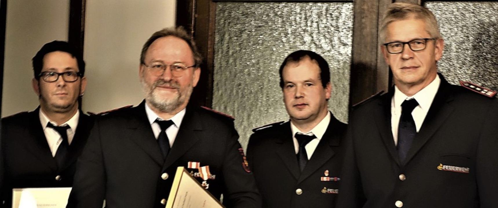 Dirk Wilhelm (25 Jahre Dienst) und  Al...esamtkommandant Günther Lenke geehrt.   | Foto: Walter Bronner