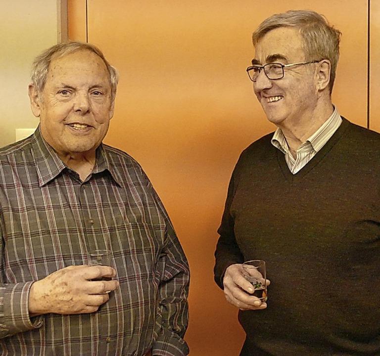 Viele Gäste genossen den Austausch, so...flin (links) und Hansfrieder Geugelin.  | Foto: Victoria Langelott