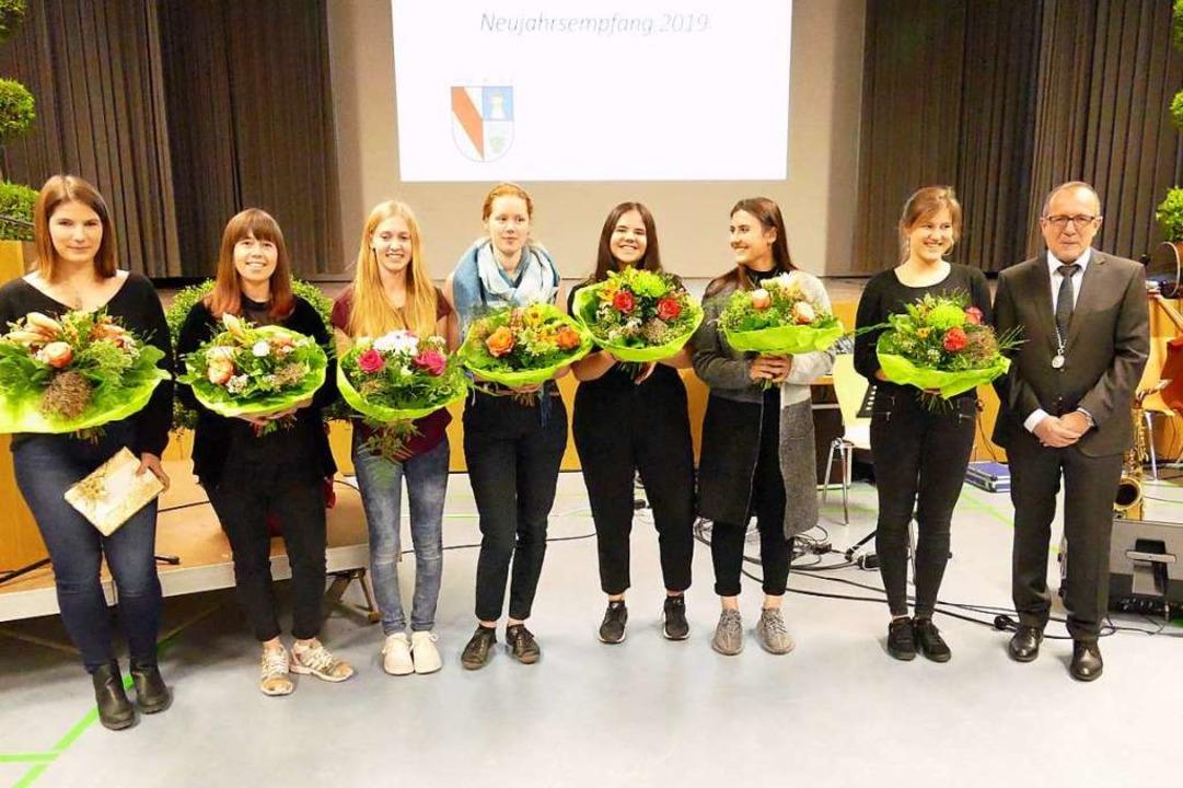 Oliver Friebolin (rechts) hatte Blumen... Melissa Baumgartner und Lina Elsner.   | Foto: Langelott