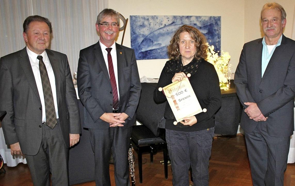 Birgitt Kiefer nahm für das Familienze...nks Paul Renz, daneben Eckhart Hanser.  | Foto: Rolf Reißmann