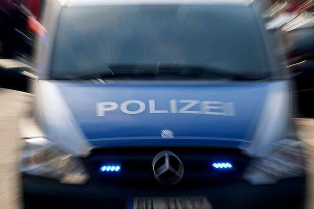 Mann will Polizisten anspucken