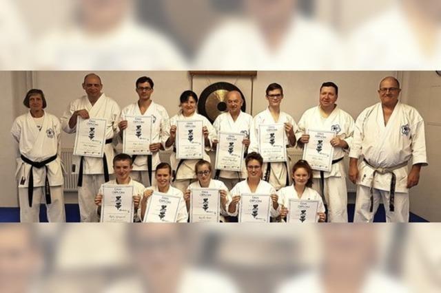 Schwarze Gürtel für elf Steinener Karateka