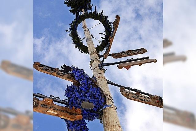 Enninger stellen den Narrenbaum