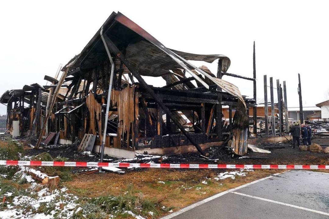 Nur eine Ruine hat das Feuer von der Z...ndige suchen derzeit nach der Ursache.    Foto: M;artin Wunderle