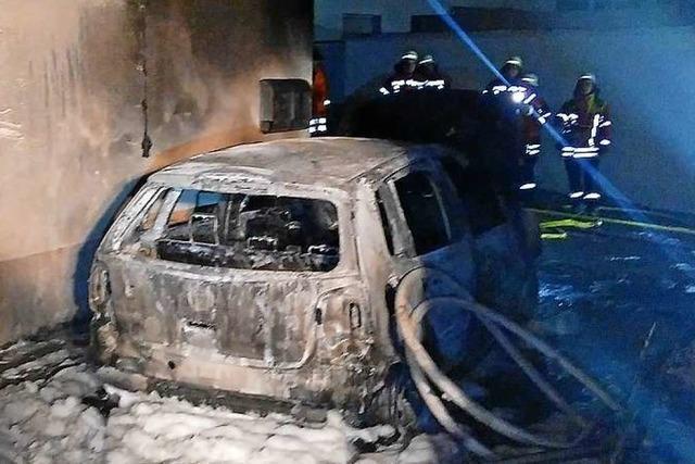 Garagenbrand greift auf Wohnhaus über – keine Verletzten