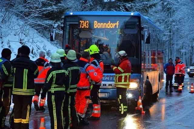 Auto streift Schulbus in Wutach – Bus landet im Straßengraben