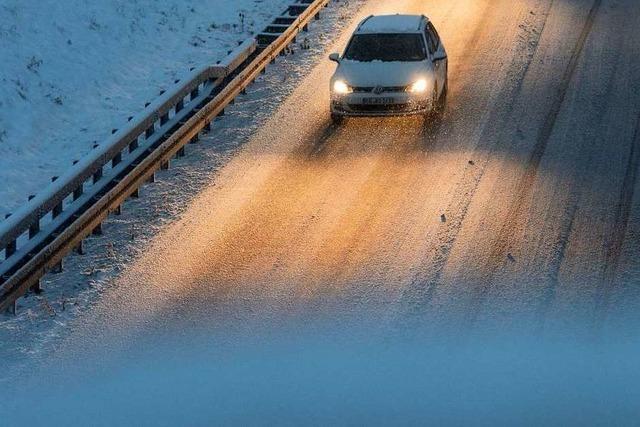 Glätteunfälle und gesperrte Straßen nach Schneefall im Südwesten