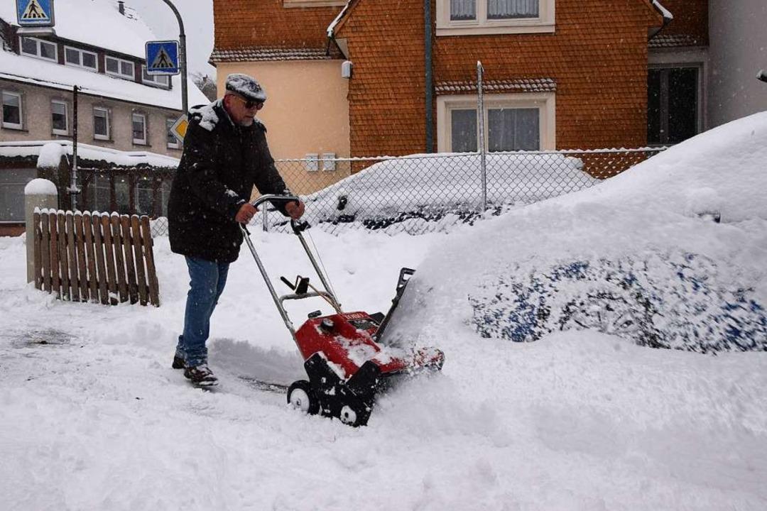 Am Mittwoch im Dauereinsatz: die Schneefräse und ihr Besitzer  | Foto: kamera24