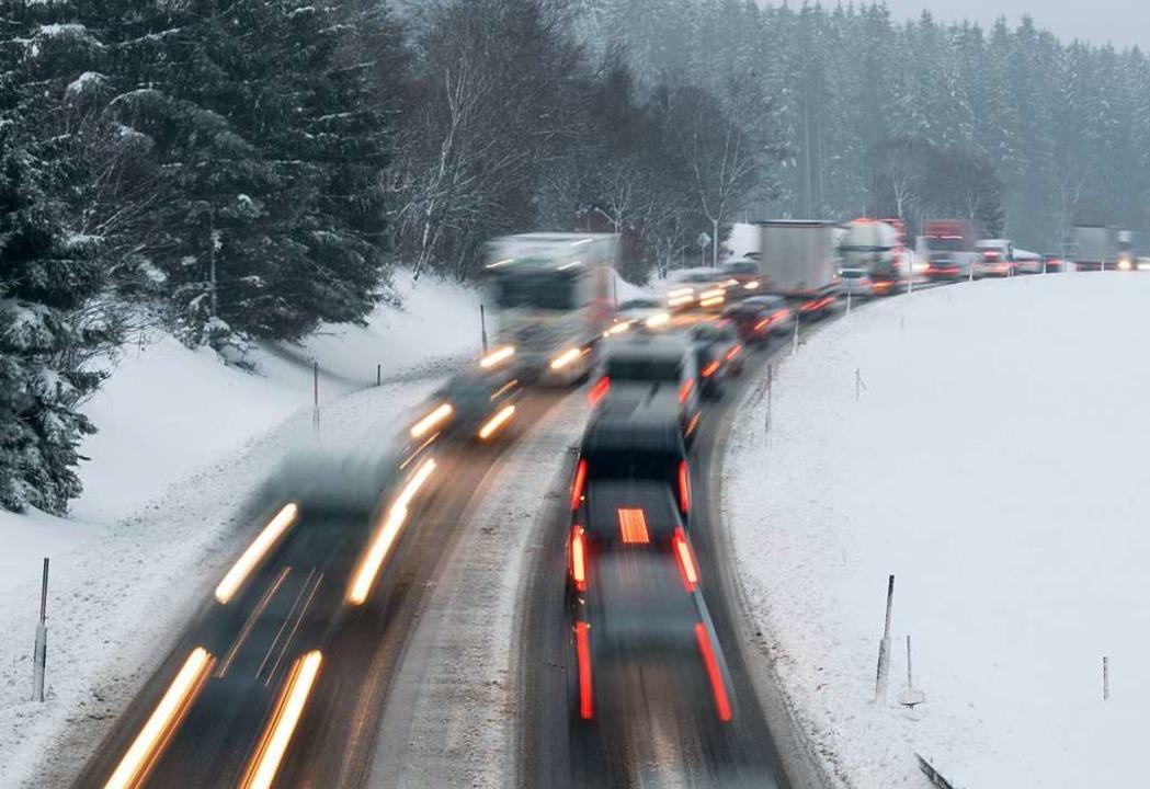 Schritttempo auf der B31 bei Hinterzar... Schneefälle behinderten  den Verkehr.  | Foto: dpa