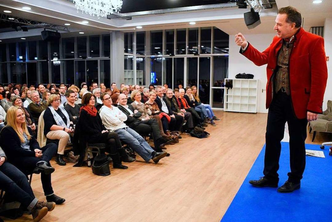 Interessiert lauschten BZ-Leserinnen u...r Johannes Warth im Ballhaus Freiburg.  | Foto: Thomas Kunz
