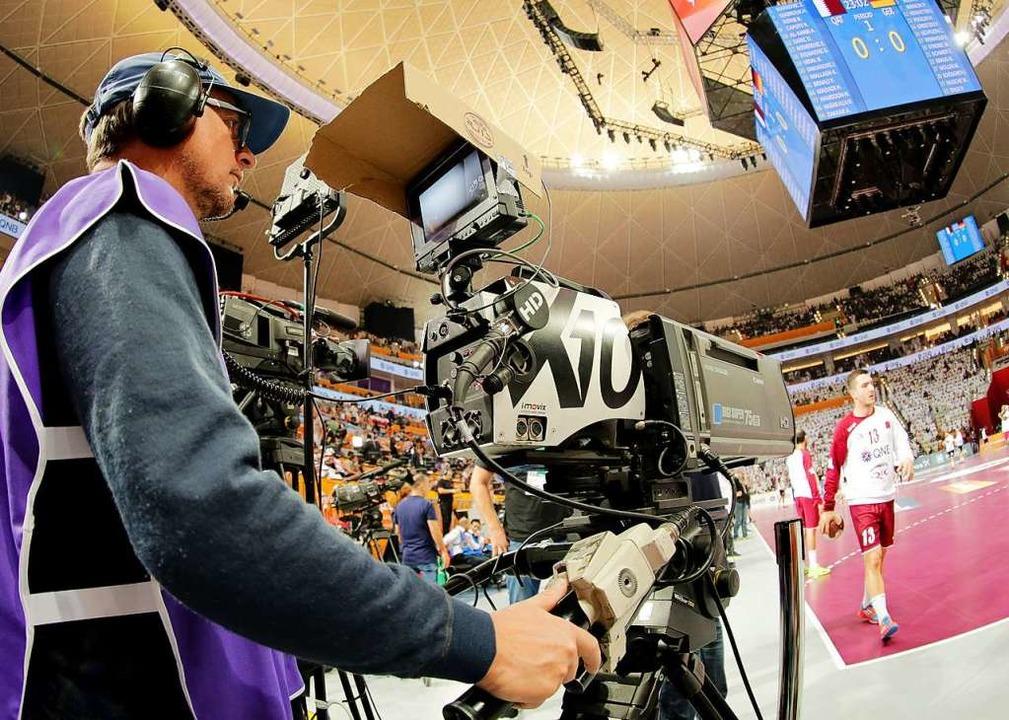 Erstmals seit 2013 wird eine Handball-... wieder live im Free-TV zu sehen sein.  | Foto: dpa