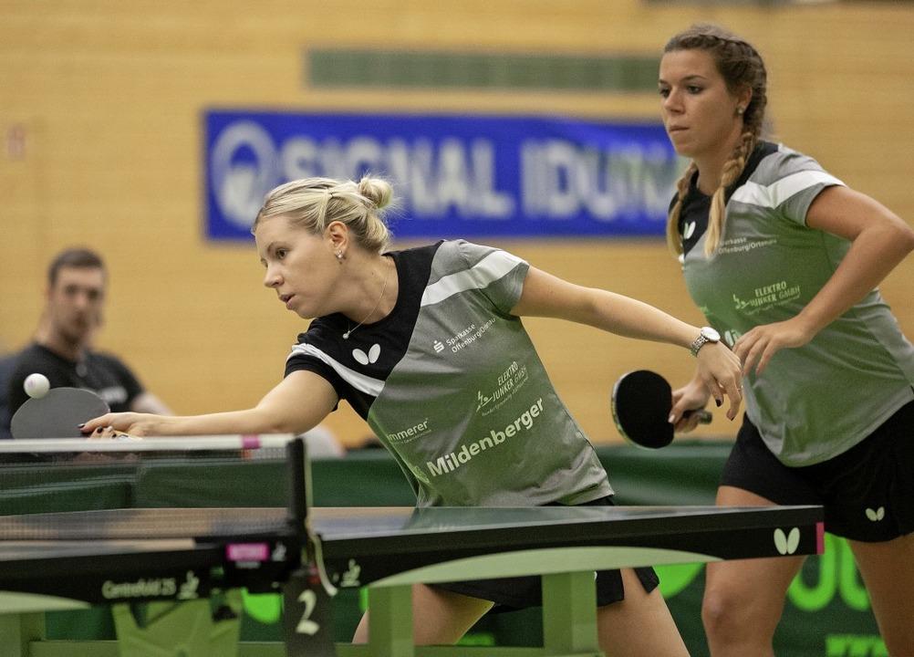 Edina Toth (links) und Theresa Lehmann...ern eins und drei der  DJK Offenburg.   | Foto:  Alexandra Buss