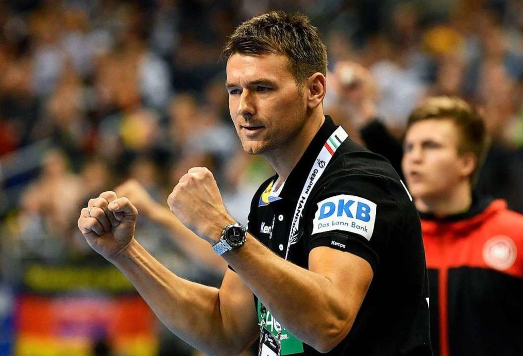Trainer Christian Prokop feuert sein Team an.  | Foto: AFP