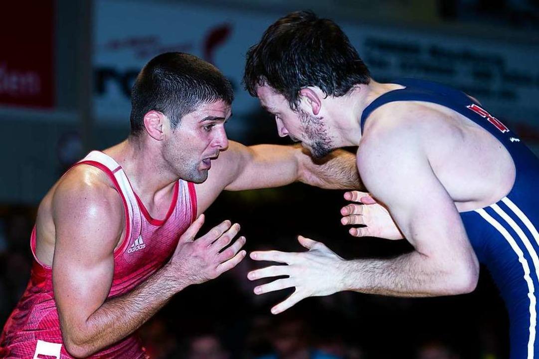 Im Hinkampf holte Ivo Angelov (links) ...unkte gegen Andreas Maier (SV Wacker).  | Foto: Gerd Gründl