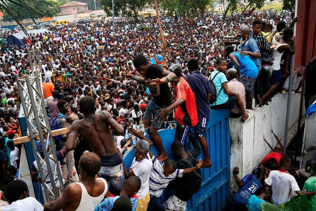 Nach der Wahl im Kongo feiern Menschen...i zum Gewinner der Wahl erklärt wurde.  | Foto: dpa