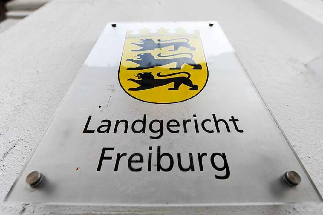Das Freiburger Landgericht verhandelt ...in wie eine Gefangene behandelt haben.    Foto: dpa
