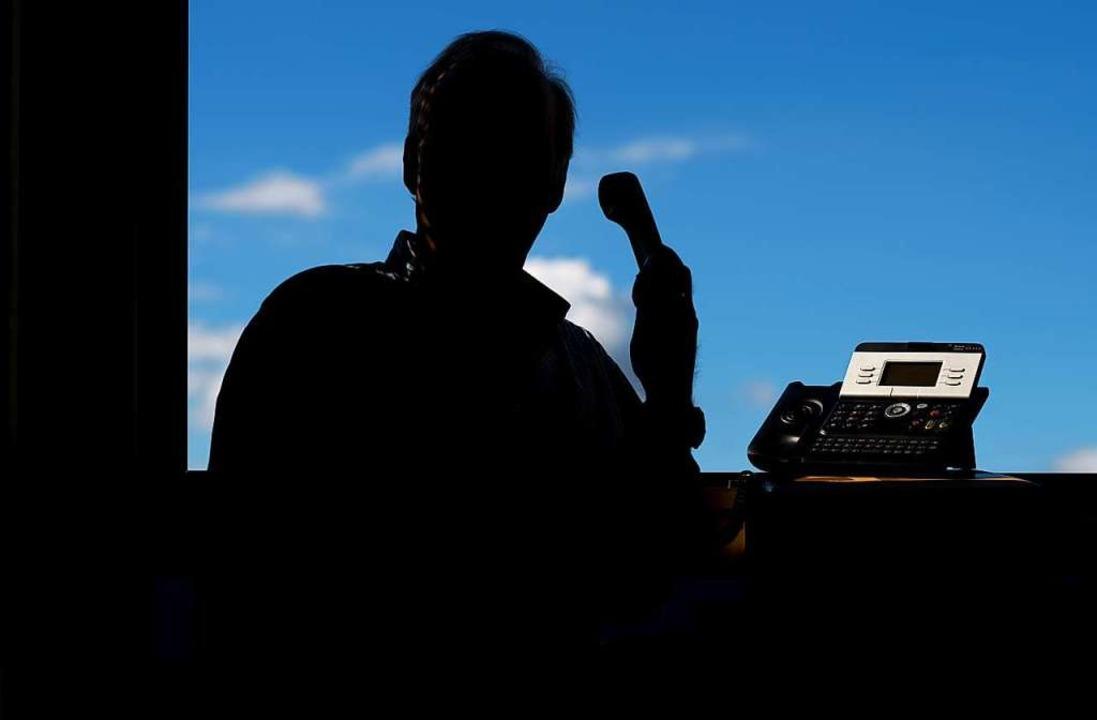 Per Telefon versuchen die Betrüger, an Geld zu kommen.  | Foto: dpa