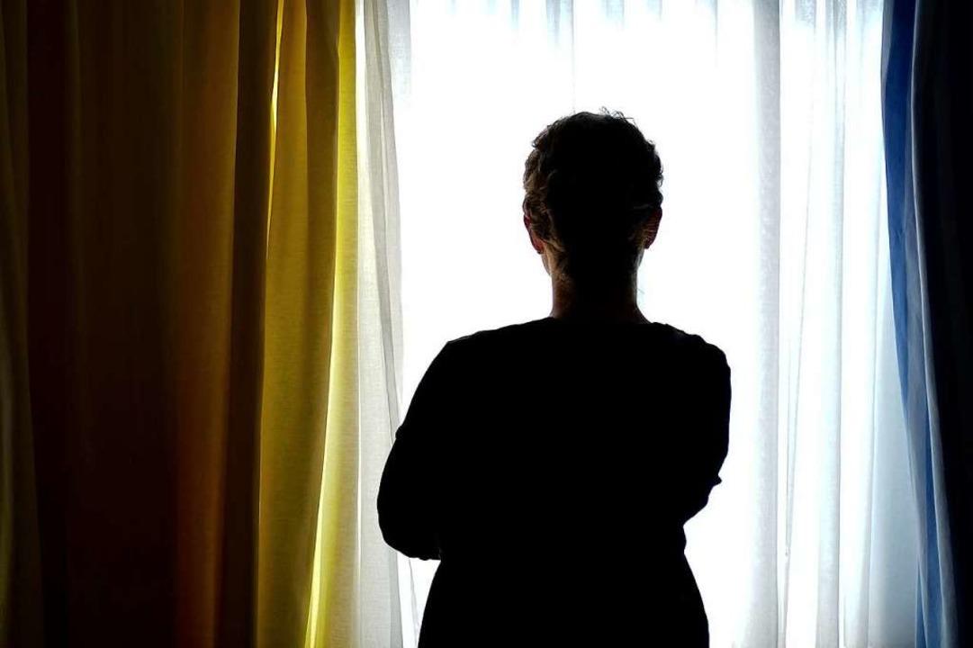 Eine junge Frau in einem Zimmer eines Frauenhauses (Symbolbild)  | Foto: dpa