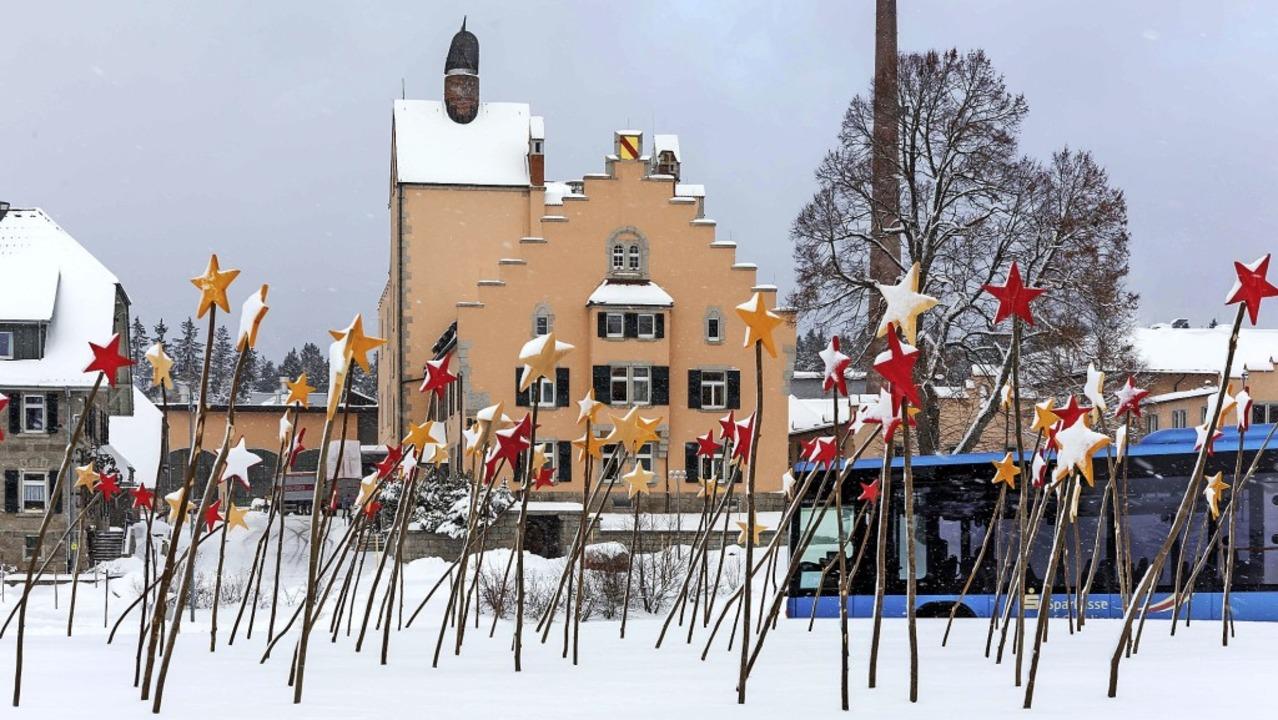 Am  Kreisel vor der Staatsbrauerei Rot...20; viele farbige Sterne aufgestellt.     Foto: Wilfried Dieckmann
