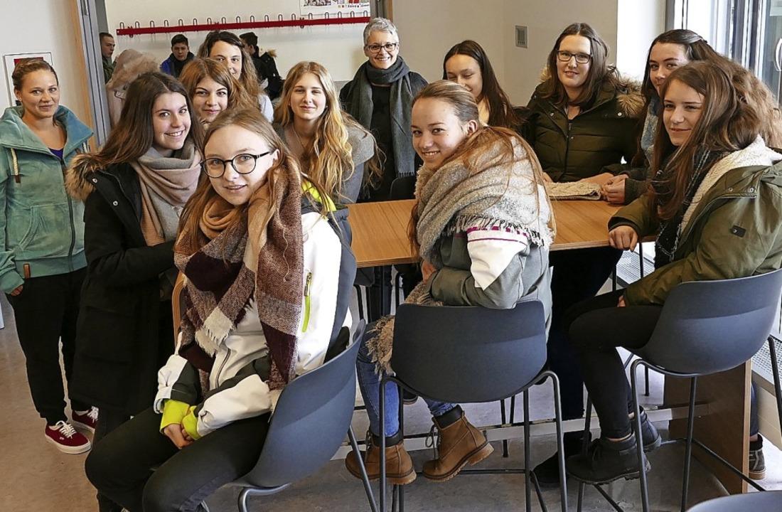 Mensa-Leiterin Birgit Eske (hinten Mit...gene Neugestaltung der Räumlichkeiten.  | Foto: Juliane Kühnemund