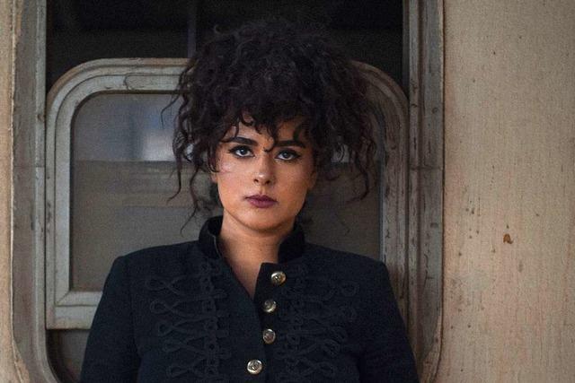 Die Musikerin Dina El Wedidi nutzt den Bahnhof als Instrument