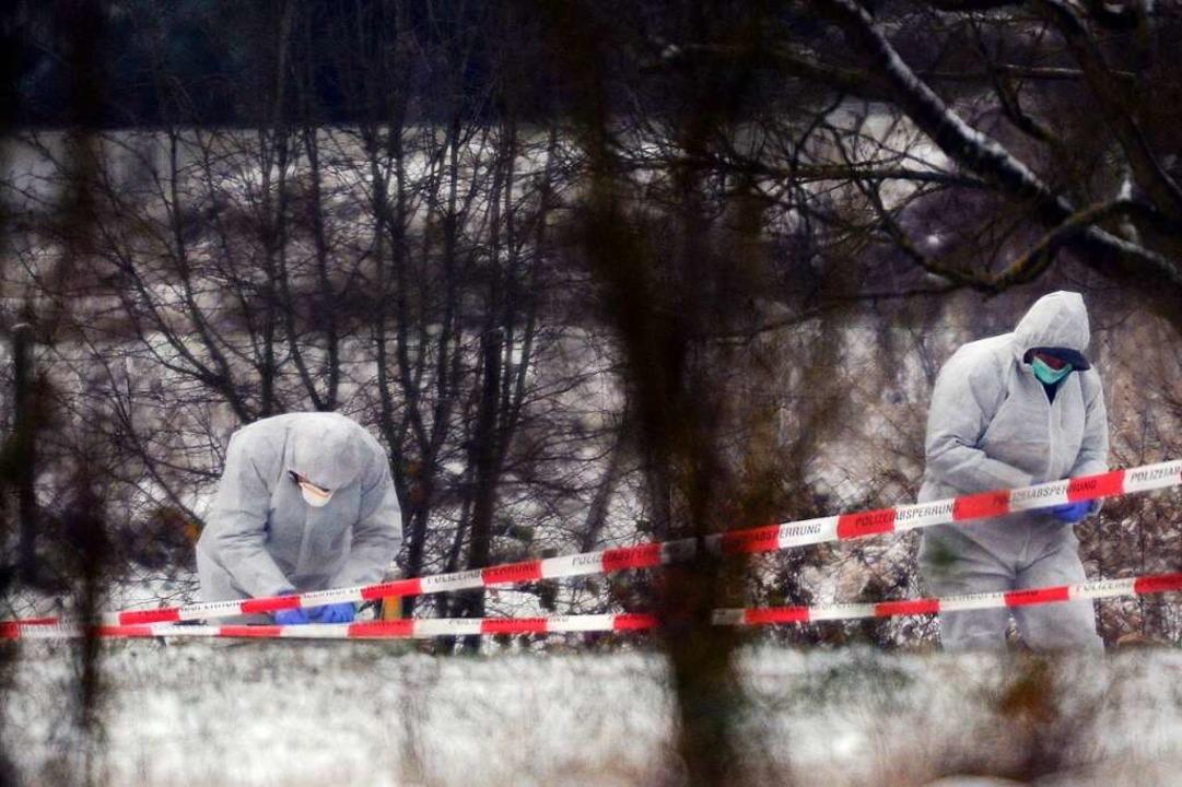 Polizeibeamte sichern am Morgen nach der Tat am 29. Dezember 2014 die Spuren.  | Foto: Patrick Seeger/Dpa