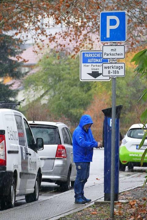 Ein Mann löst einen Parkschein in der Eichamtstraße.  | Foto: Ralf H. Dorweiler