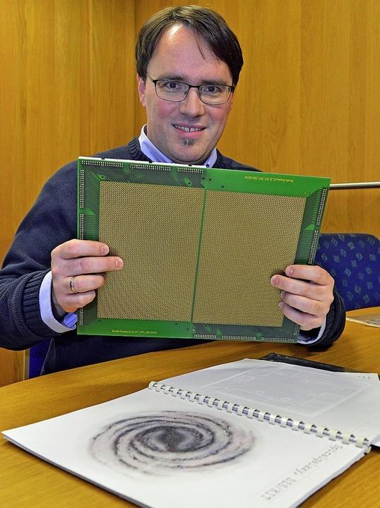 Bastian Rapp mit einem ersten Bauteil seines Blinden-Tablets  | Foto: michael bamberger